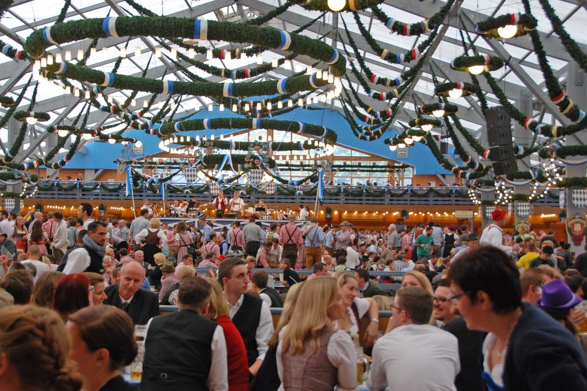 Внутри одного из крупнейших пивных павильонов Schottenhamel - атмосферу веселья поддерживает линейный массив Dynacord COBRA