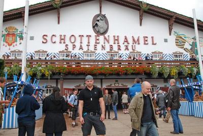 Внутри одного из крупнейших пивных павильонов Schottenhamel - директор компании SteroMike Михаэль Виттенцельнер