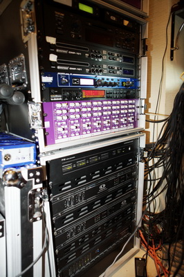 Стойка звукового оборудования в аппаратной ресторана