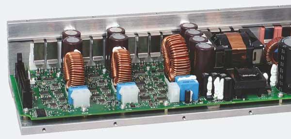 Мощный встроенный модуль усилителя обеспечивает 2.500 Вт RMS для канала сабвуфера  и дополнительно 2 х 800 Вт RMS для СЧ-ВЧ акустических систем