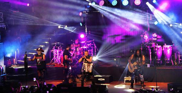 Новейшее световое оборудование PR Lighting на сцене с Grupo Siggno на концерте в Сан Антонио