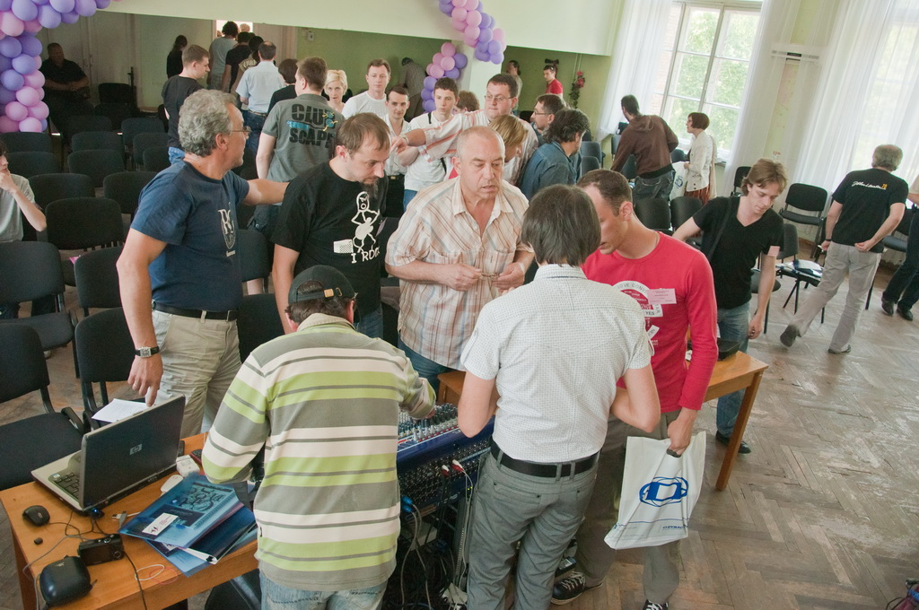 Семинар звукорежиссеров Украины 2011 - более близкое знакомство с  пультом Midas VeniceF во время перерыва